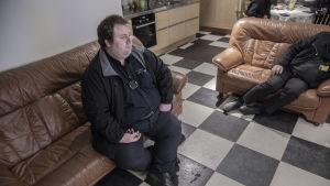 Taxichauffören Tor-Erik Stolpe sitter på soffan och ser på tv i taxichaufförernas lokal på Norra Strandgatan i Ekenäs.