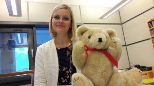 Matilda Engström och en teddybjörn.
