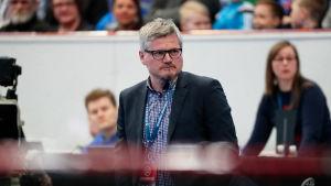 Petteri Nykky tränar de finska innebandyherrarna.