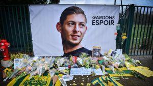 Minnesmärke för fotbollsspelaren Emiliano Sala som försvann i ett flygplan den 21 januari.