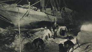 Tömning av skeppet Endurance, som fastnat i isen