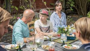 Martin, Eddie och Katja med flewr vid terrassbord i trädgården i serien Bonusfamiljen säsong tre.