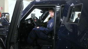 Överkonstapel Mikael Mickelsson sitter i polisens pansarbil.