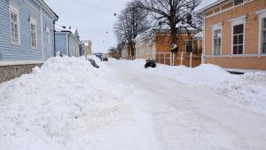 Snöhögar på båda sidor om Gymnasiegatan i Borgå.