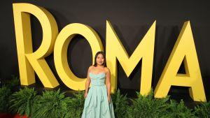 Skådespelaren Yalitza Aparicio poserar framför skylten ROMA i samband med premiären.