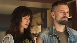 Erin Bell (Nicole Kidman) med sin FBI-partner Chris 8Sebastian Stan) står bredvid varandra och ser allvarliga ut.