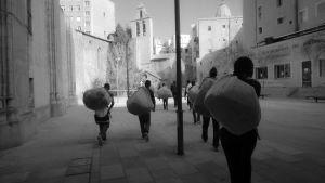 Romunkerääjiä säkkeineen kadulla Barcelonassa, dokumenttielokuvassa Barcelonaa etsimässä