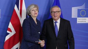 Inga hjärtliga miner då Storbritanniens premiärminister Theresa May välkomnades av EU-kommissionens ordförande Jean-Claude Juncker i Bryssel på torsdagen.