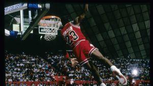 Michael Jordan dunkar.