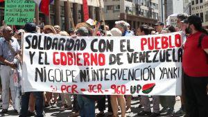 Madurosupportrar demonstrerar mot den Internationella kontaktgruppens första möte angående krisen i Venezuela.