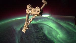 Avaruusasema, alhaalla näkyy revontulia