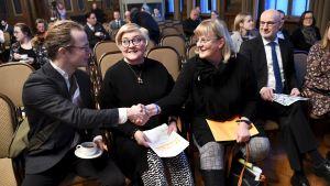 Forsakre Ohto Kanninen, ministrarna Anu Vehviläinen och Pirkko Mattila samt forskningens vetenskapliga chef arbetslivsprofessor Olli Kangas från Åbo universitet.