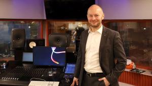 Sampo Terho seisoo levytysstudion äänipöydän äärellä.