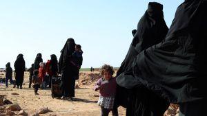 Civila som flydde frontlinjen i Baghuz väntade på att registreras av SDF den 31 januari.