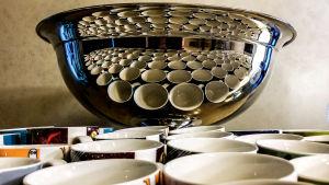Muminmuggar speglas i bålskålen.