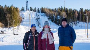 Emil Tunis, Alva Thors och Ulf Nyman framför hoppbackarna i Vörå.
