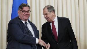 Rysslands utrikesminister Sergej Lavrov avfärdade anklagelserna då han träffade utrikesminister Timo Soini i Moskva