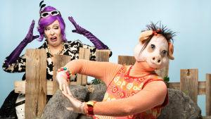 Isa Gris (Nina Hukkinen) dansar och Pipsas matte (Anna Hultin) är förskräckt.