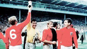 Gordon Banks och Bobby Moore höjer VM-pokalen efter finalsegern mot Tyskland 1966.
