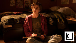 Timothée Chalametin esittämä Nic-poika istuu lattialla ja kirjoittaa ajatuksiaan päiväkirjaansa.