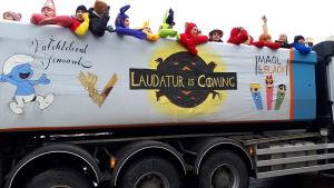 """Lastbil med texten """"Laudatur is coming"""" på en lastbil på penkis i Åbo 2019."""