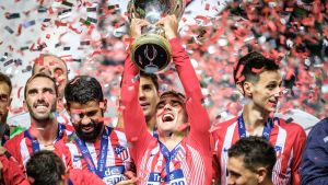 Antoine Griezmann lyfter Super Cup-pokalen.