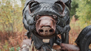 Autonrenkaista ja muusta jätemateriaaleista tehty karhu.