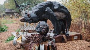 Autonrenkaista ja muista jätemateriaaleista tehdyt karhuemo ja poikaset.