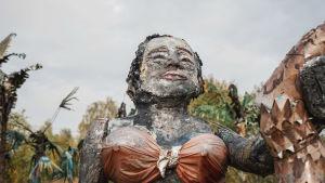 Muovista ja muusta jätemateriaalista tehty nainen Alpon savannilla.