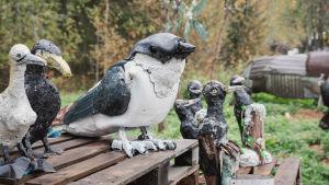 Romu- ja jätemateriaalista tehtyjä lintu-veistoksia.