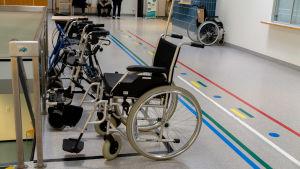 Sjukhuskorridor och rullstol.