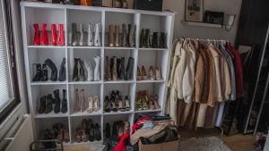 Hyllrader av skor och kläder i Ninnis klädkammare.
