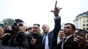 Imitatörer som föreställer Kim Jong-Un och Donald Trump har redan anlänt till Vietnams huvudstad Hanoi