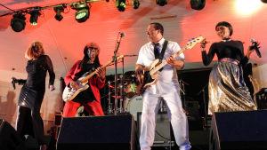 2010-luvun Chic-yhtye lavalla. Kitarassa Nile Rodgers. Kuva Nile Rodgers -dokumentista.