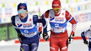 Iivo Niskanen och Alexander Bolsjunov tog tempen på varandra i skiathlon.
