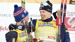 Iivo Niskanen klappar om Martin Johnsrud Sundby efter herrarnas tävling på 15 kilometer.