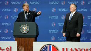 Både Donald Trump och utrikesminister Mike Pompeo försäkrade att nedrustningsförhandlingarna fortsätter trots bakslaget i Hanoi