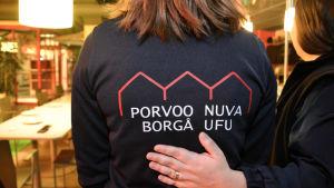 Ungdomsfullmäktiges logo på en skjorta.