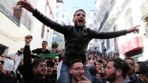Demonstranter kräver att president Abdelaziz Bouteflika ger ifrån sig makten.