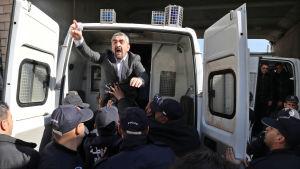 Polisen griper en journalist som protesterar för det fria ordet och mot president Bouteflikas omval i Alger.