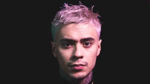 Rap-artisti Mikael Gabriel katsoo lähikuvassa suoraan kameraan.