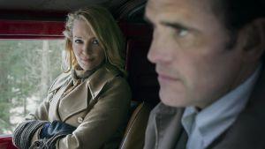Jack sitter i bilen med en kvinna han lovat köra till närmaste bilverkstad.