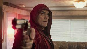 En i röd mantel klädd Jack siktar pistolen mot ännu ett offer.