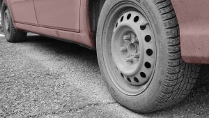 auton alaosa, vähän kylkeä ja renkaat