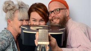Tarja Närhi, Vahtera ja Lauri Ankerman kurkkaavat kitaran takaa