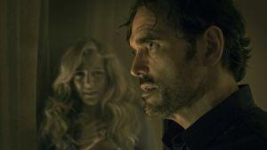 En hotfull Jack framför en skräckslagen kvinna.