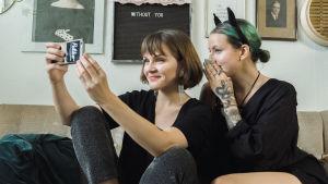 Ronja Salmi ja New Ro ottavat yhteistä selfietä sohvalla.