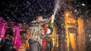 John Lundvik firar melodifestivalssegern med att spruta champagne omkring sig på eftterfesten.