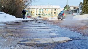 Vatten rinner ner längs med gata