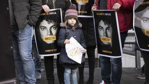 Michael Jackson faneja puolustamassa artistia sen jälkeen, kun Leaving Neverland -dokumentissa Jacksonia syytetään lasten seksuaalisesta hyväksikäytöstä.